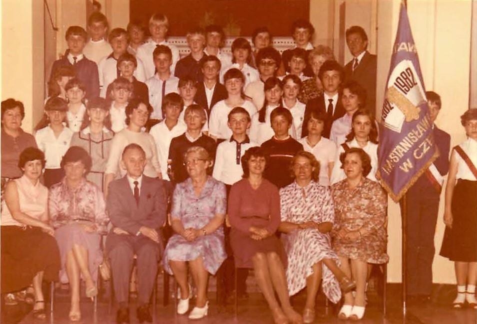 Grono pedagogiczne SP1 i uczniowie klas VIII, 1983 r. Ryszard Tarnówka trzeci od lewej.
